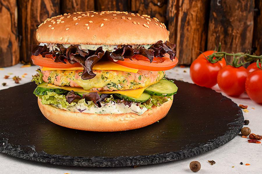 Бургер с лососем и соусом тар-тар