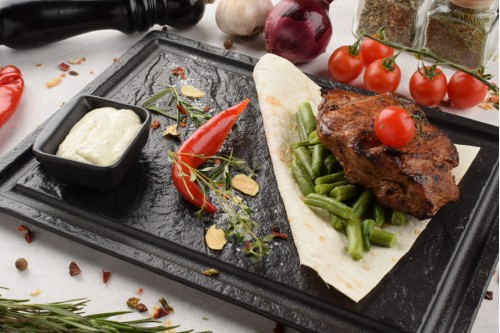 Стейк из говядины с соусом тар-тар