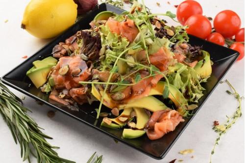 Салат с семгой и тыквенными семечками